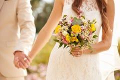 Slut upp av par på bröllopinnehavhänder Royaltyfri Bild