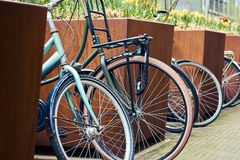 Slut upp av parkerade cyklar på gatan i Hague, Holland, Nederländerna Royaltyfria Bilder