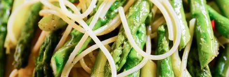 Slut upp av pasta med sparris Arkivbilder