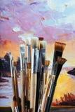 Slut upp av professionellborstar och färgrik kanfas Arkivbild