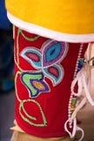 Slut upp av prytt med pärlor lägga benen på ryggen Royaltyfri Foto