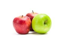 Slut upp av röda och gröna äpplen arkivfoton