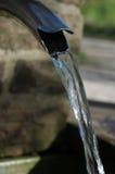 Slut upp av rinnande vatten från ett metallklapp Royaltyfria Bilder