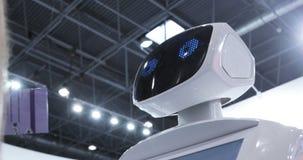 Slut upp av robothuvudet Robotsinnesrörelser Roboten ser kameran på personen Moderna Robotic teknologier stock video