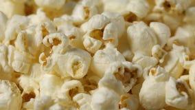 Slut upp av roterande popcorn arkivfilmer