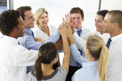 Slut upp av sammanfogande händer för affärsfolk i Team Building Exercise Arkivfoton
