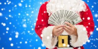 Slut upp av Santa Claus med dollarpengar arkivfoton