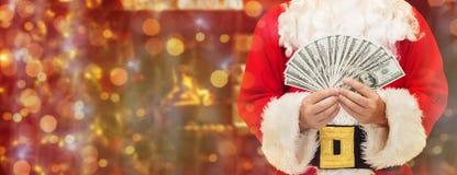Slut upp av Santa Claus med dollarpengar fotografering för bildbyråer