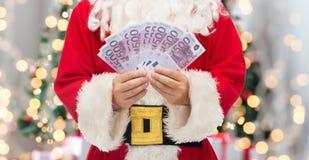 Slut upp av Santa Claus med europengar arkivfoto