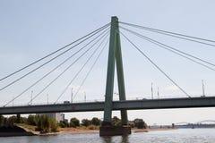 Slut upp av severinsbron på Rhinet River i eau-de-cologne Tyskland arkivbilder