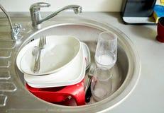 Slut upp av smutsig disk som tvättar sig i diskho Arkivfoto