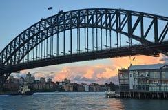 Slut upp av Sydney Harbour Bridge och omgeende hamnplatser Arkivbilder