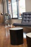 Slut upp av tabeller och soffan Royaltyfria Foton