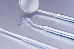 Slut upp av tand- instrument på metallyttersida Arkivfoto