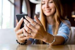 Slut upp av telefonen för hållande cell för händer för kvinna` s med den tomma kopieringsutrymmestenrans för ditt advertizingtext Arkivbilder