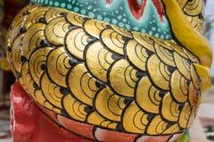 Slut upp av thai kinesisk drakekonst i tempelrelikskrin Royaltyfria Bilder