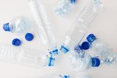 Slut upp av tomma använda plast-flaskor på tabellen Arkivbilder