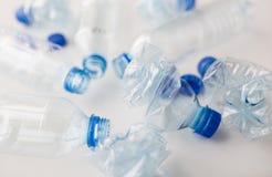 Slut upp av tomma använda plast-flaskor på tabellen Arkivfoto