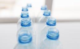 Slut upp av tomma använda plast-flaskor på tabellen Royaltyfri Foto