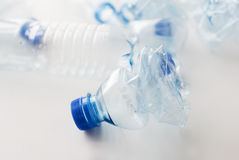 Slut upp av tomma använda plast-flaskor på tabellen Royaltyfri Bild