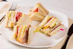 Slut upp av trefaldiga Decker Sandwich på plattan Fotografering för Bildbyråer