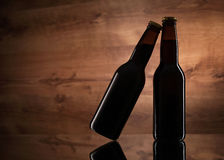 Slut upp av två ölflaskor Royaltyfri Fotografi