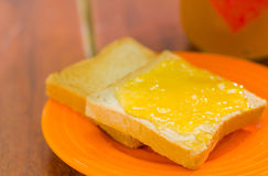 upp av två rostade bröd i en organgematrätt, rostade bröd med krämig ost Royaltyfri Fotografi