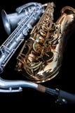 Slut upp av två saxofoner som ner ligger royaltyfri foto