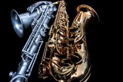 Slut upp av två saxofoner som ner ligger royaltyfria foton