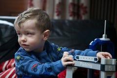Slut upp av ungt spela för pojke Arkivbilder
