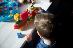 Slut upp av ungt spela för pojke Royaltyfria Bilder