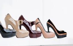 Slut upp av uppsättningen av stilfulla skor royaltyfri fotografi