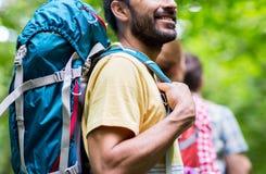 Slut upp av vänner med att fotvandra för ryggsäckar arkivbilder