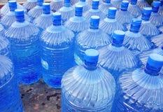 Slut upp av vattenflaskor Arkivfoto