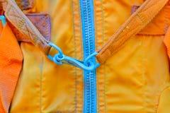 Slut upp av vinandet i den enhetliga orange färgen för brandkämpe fotografering för bildbyråer