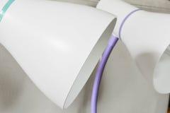 Slut upp av vita elektriska lampor Arkivbild
