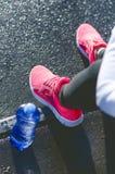 Slut upp av womanÂs sportskor Den unga kvinnan har en vila på trappa Sund livsstil Konditionsport Cardio utbildning fotografering för bildbyråer