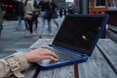 Slut upp bärbara datorn på gatan Royaltyfri Bild