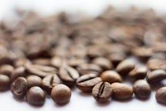Slut upp bönor på en vit bakgrund Kaffe den hela skärmen för Grillad brunt Massor av i höjdpunktdefinition Arkivfoton