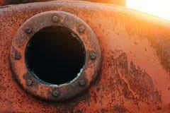 Slut upp bakgrund av den rostiga metallbehållaren med det rostiga runda hålet Royaltyfri Fotografi