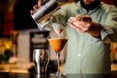 Slut upp barmanshänder med kaffecoctailen royaltyfria bilder