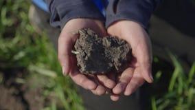 Slut upp barnhåll i organisk jord för händer smutsiga h?nder f?r barn Best?ndsdelar av denna avbildar m?blerat av NASA lager videofilmer