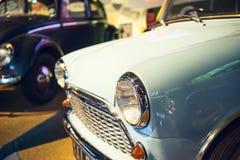 Slut upp bilen för tappning för billyktalampljus den klassiska med bilder för tappningeffektstil Klassiskt bilbegrepp Selektivt f arkivfoton