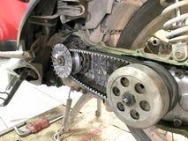 Slut upp bilmekanikern som reparerar motorcykeln Fotografering för Bildbyråer