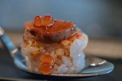 Slut upp Botan r?ka och den Foie Gras tryffelsushi box japanska mackerels f?r mat, ut som r? stil tar tre arkivbilder