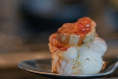Slut upp Botan r?ka och den Foie Gras tryffelsushi box japanska mackerels f?r mat, ut som r? stil tar tre arkivbild