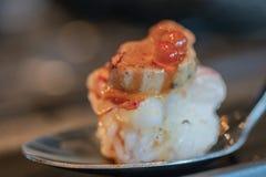 Slut upp Botan r?ka och den Foie Gras tryffelsushi box japanska mackerels f?r mat, ut som r? stil tar tre royaltyfri bild