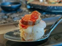 Slut upp Botan r?ka och den Foie Gras tryffelsushi box japanska mackerels f?r mat, ut som r? stil tar tre arkivfoto
