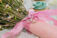 Slut upp bröllopmusikband på blom- bukett för rosa band royaltyfri foto