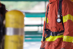 Slut upp brandman i dräkt och utrustning för skydd för slåss för brand Arkivfoto